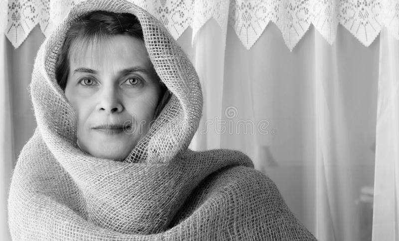 Fermez-vous vers le haut du tir principal d'une femme portant une bâche principale de toile de jute photos stock