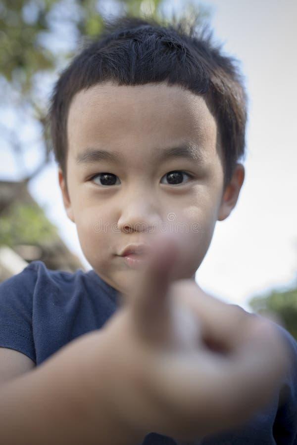 Fermez-vous vers le haut du tir principal du visage asiatique d'enfants jouant le bonheur image libre de droits