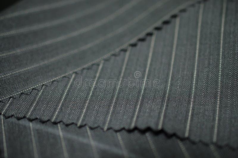 Fermez-vous vers le haut du tissu gris du costume images libres de droits