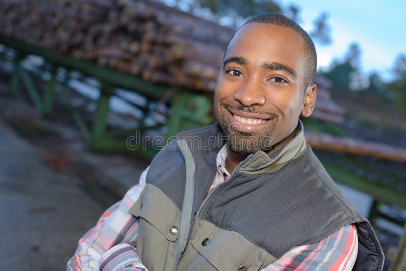 Fermez-vous vers le haut du travailleur d'afro-américain de portrait en dehors de l'usine images libres de droits