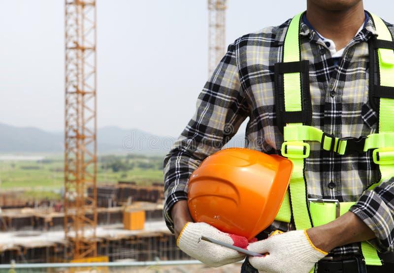 Fermez-vous vers le haut du travailleur de la construction tenant le casque photos libres de droits