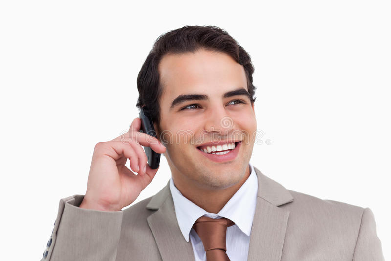 Fermez-vous vers le haut du vendeur de sourire sur son portable photos libres de droits