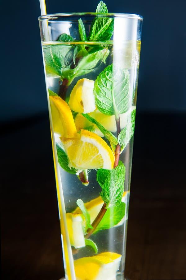 Fermez-vous vers le haut du verre de limonade avec des cales de menthe et de citron sur le fond foncé Foyer sélectif photos libres de droits