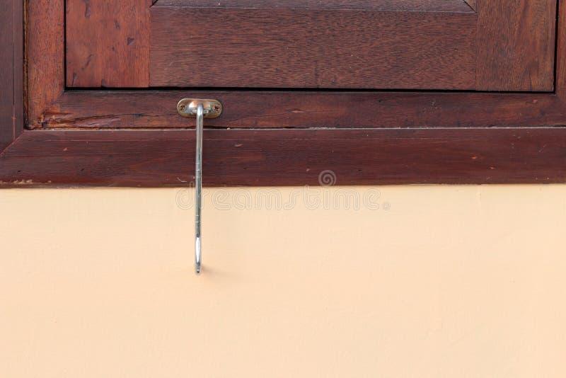 Fermez-vous vers le haut du vieux crochet de serrure de fenêtre photo stock