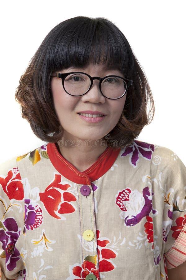 Fermez-vous vers le haut du visage de quarante yeux s'usants de femme asiatique d'années en verre image libre de droits
