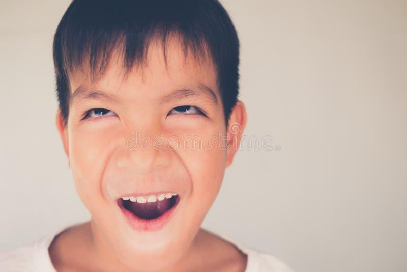 Fermez-vous vers le haut garçon asiatique de portrait de visage du petit jeune photos libres de droits