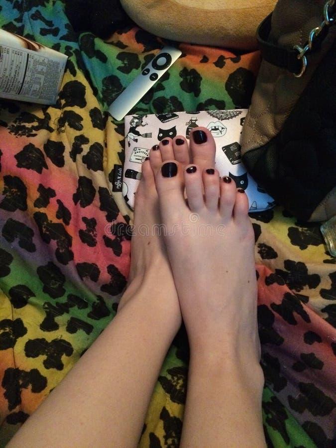 FERMEZ-VOUS VERS LE HAUT - les pieds parfaits femelles sexy de Pedicured avec polonais noir - des pieds les plus mous que vous ve photos libres de droits