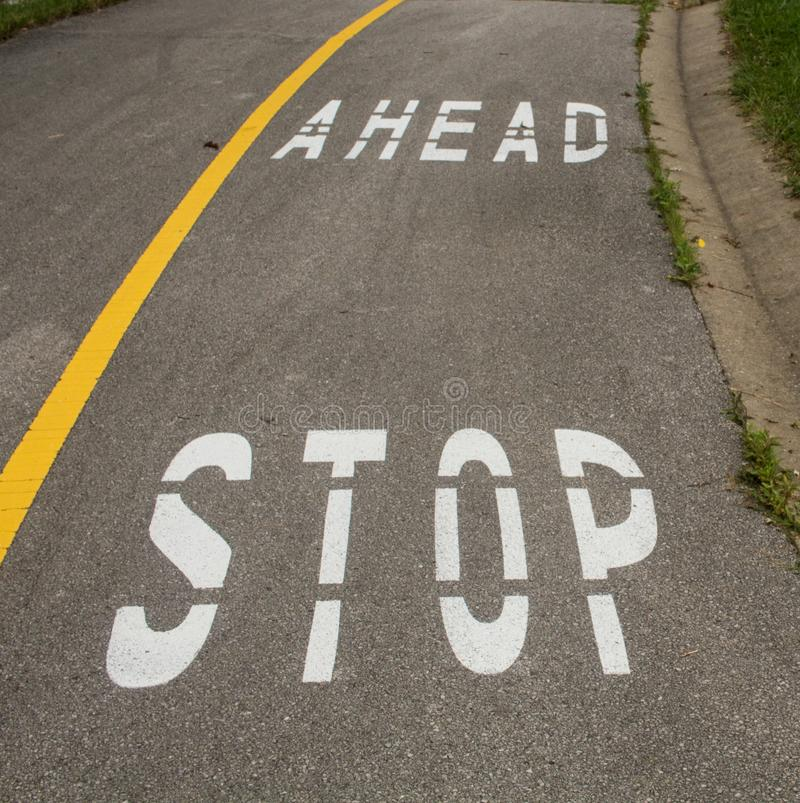Fermi avanti il segno sul marciapiede fotografia stock