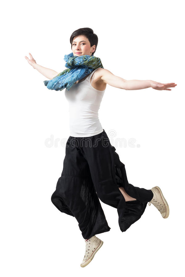 Fermi il moto di azione di giovane salto femminile in mezz'aria immagini stock