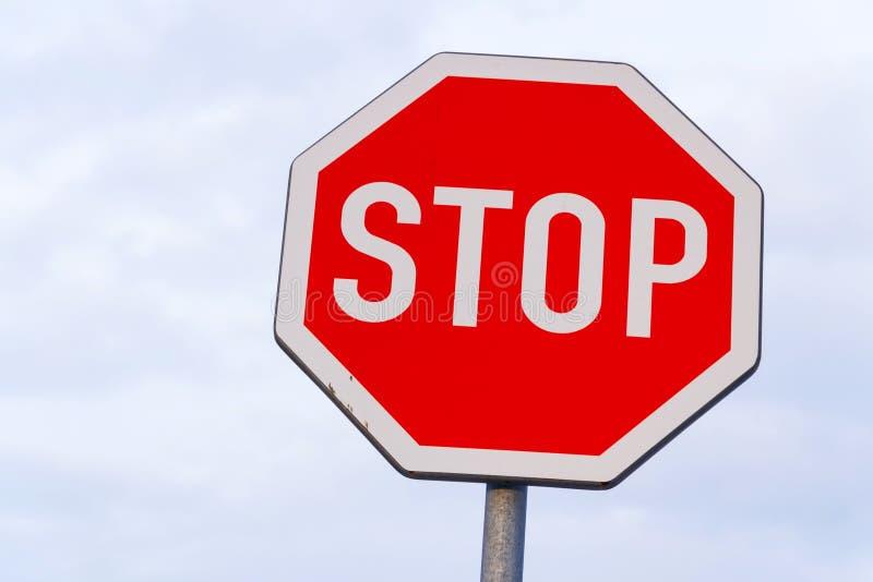 Fermi il segnale stradale con il chiaro spazio blu della copia del fondo del cielo immagini stock