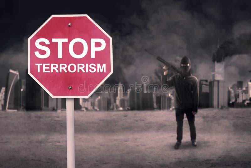 Fermi il testo del terrorismo con il terrorista maschio fotografie stock libere da diritti