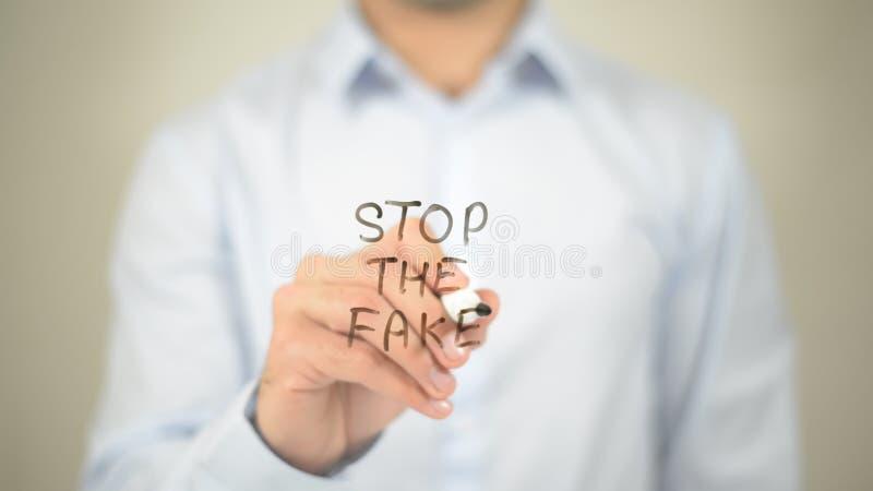 Fermi la falsificazione, scrittura dell'uomo sulla parete trasparente fotografia stock