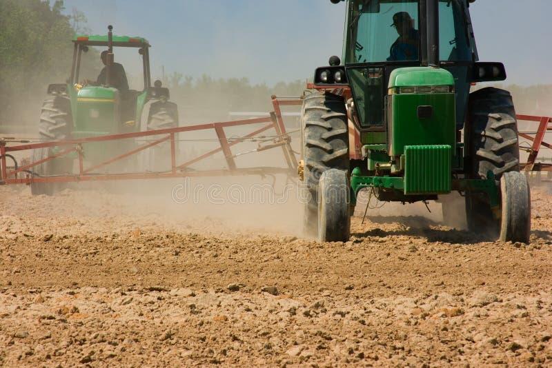 Fermiers labourant la zone photographie stock libre de droits