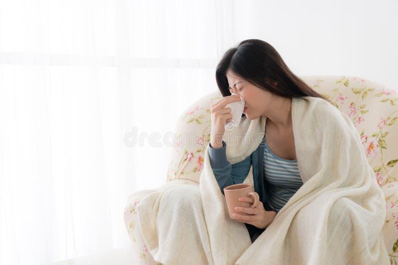 Fermo attraente della donna di malattia un tessuto di utilizzazione del freddo immagini stock libere da diritti