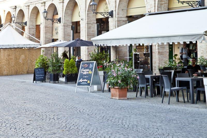 Fermo, Itália - 23 de junho de 2019: Restaurante do dia e do utdoor de verão fotos de stock