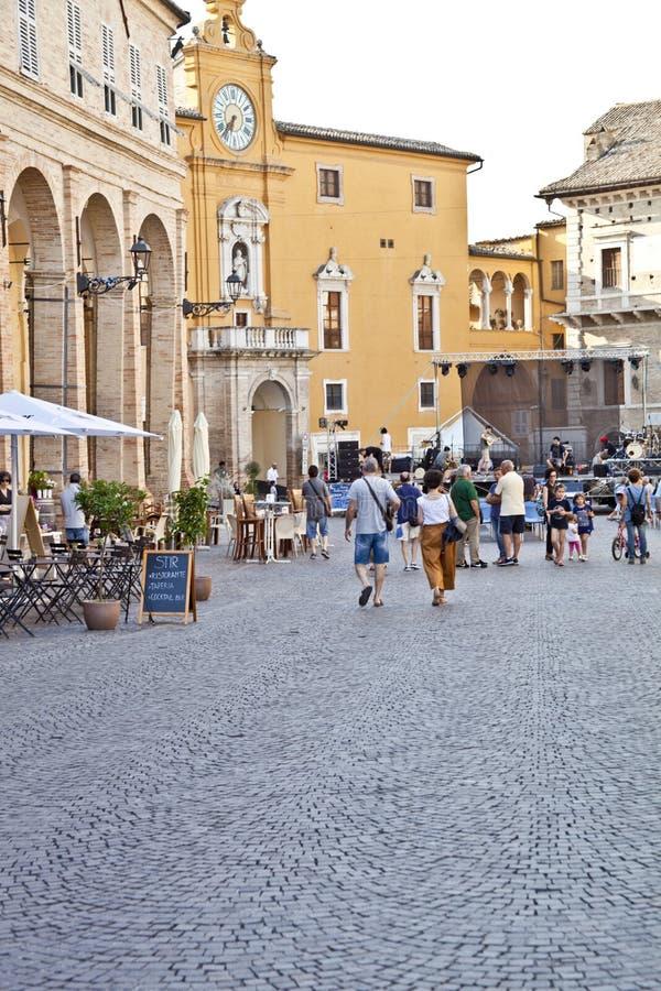 Fermo Italien - Juni 23, 2019: Folk som tycker om sommardag och mat på den utomhus- restaurangen och att vila royaltyfri fotografi