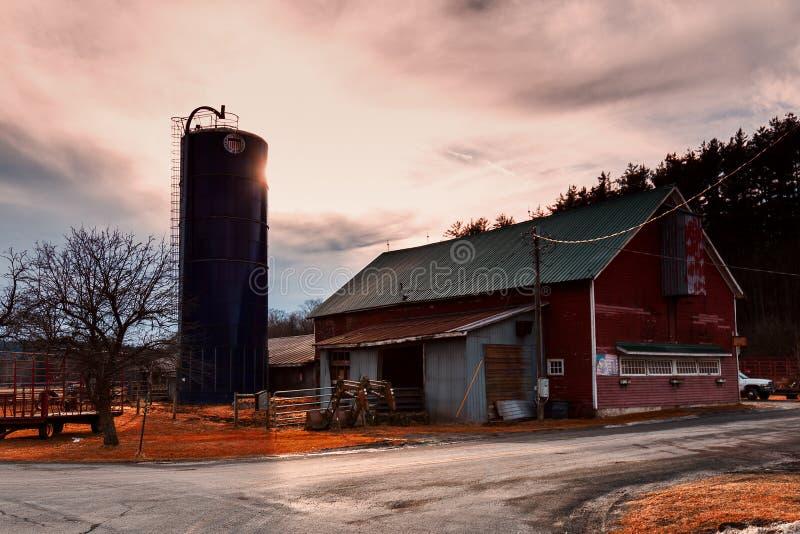 Fern- und alter Bauernhof in einem ländlichen Gebiet stockbild