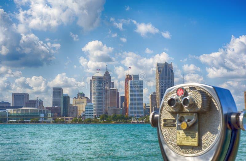 Ferngläser, die Detroit-Stadtskyline beaufsichtigen stockfoto