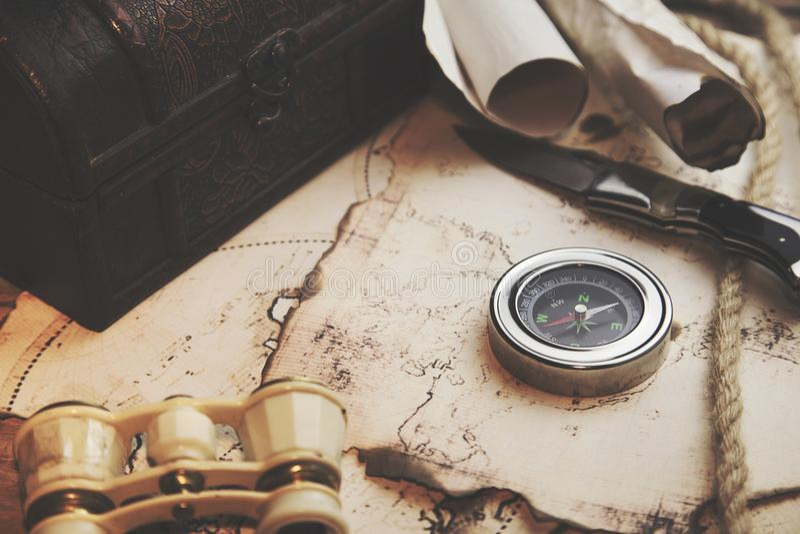 Ferngläser, Kompass, Messer auf Karte stockfoto