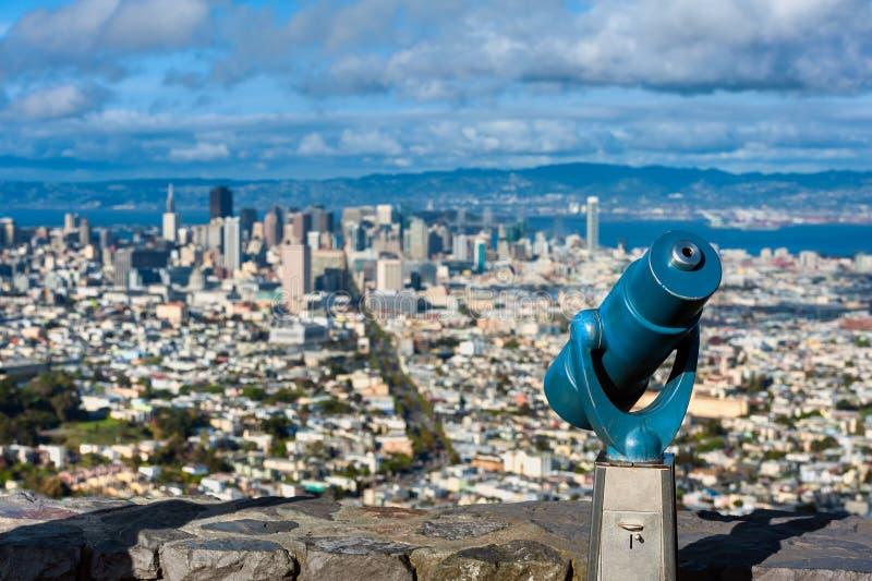 Ferngläser am Zwilling ragt San Francisco empor stockfoto
