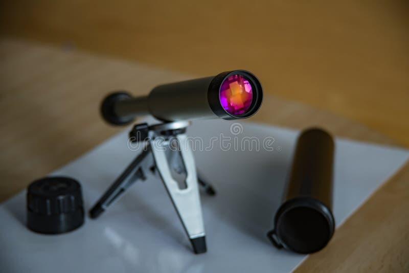 Fernglas auf einem kleinen Tischplattenstand Aufklärungslinse schimmert schön Farben Schwarzer Kunststoffkoffer mit offenem Decke lizenzfreie stockbilder