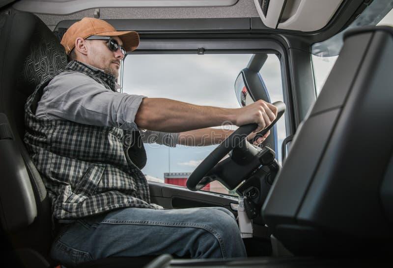 Fernlastfahrer auf dem Weg lizenzfreies stockfoto