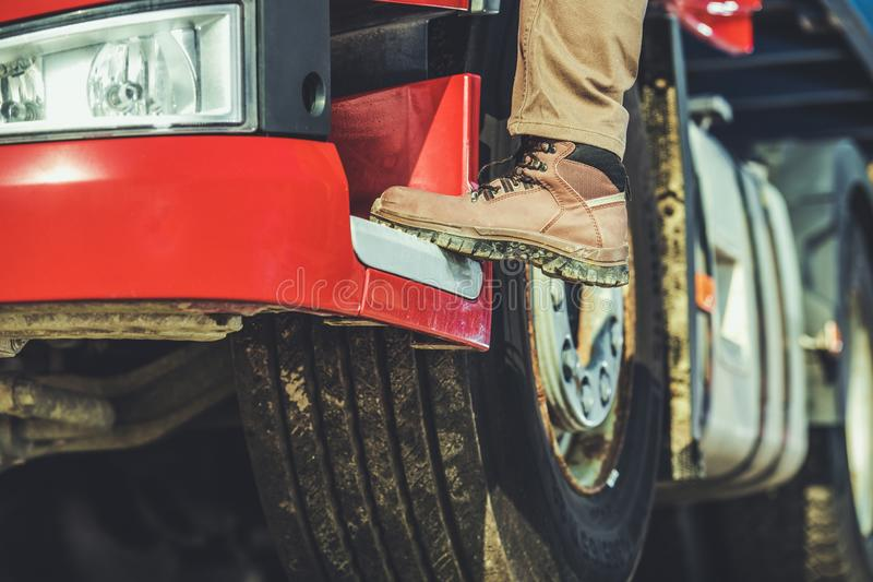 Fernlastfahrer, der im LKW erhält stockfotografie