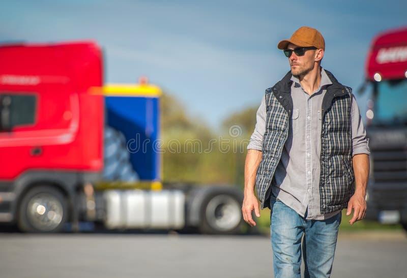 Fernlastfahrer und der Fernfahrerrastplatz lizenzfreie stockbilder