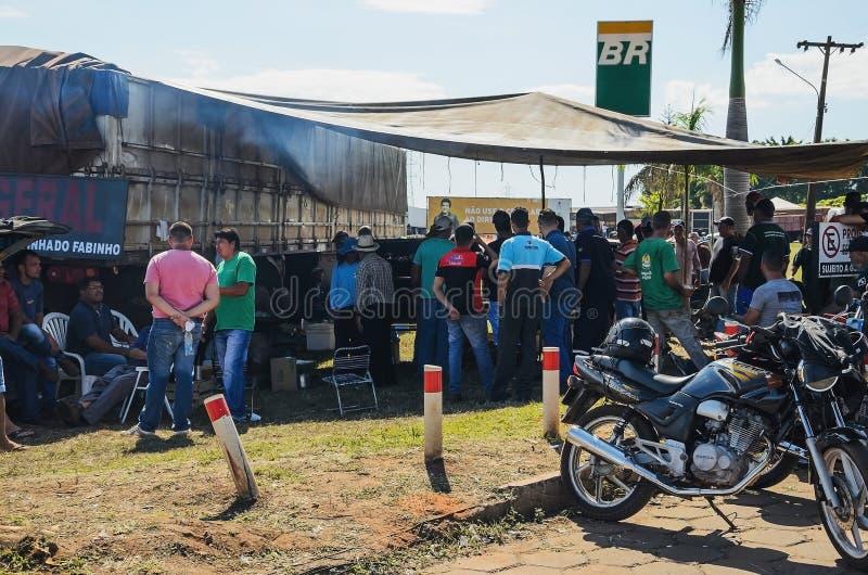 Fernlastfahrer und Leute an den gestoppten LKWs auf den Landstraßen für PR stockfoto