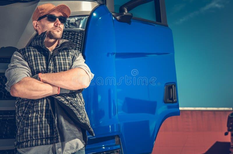 Fernlastfahrer vor LKW stockbild