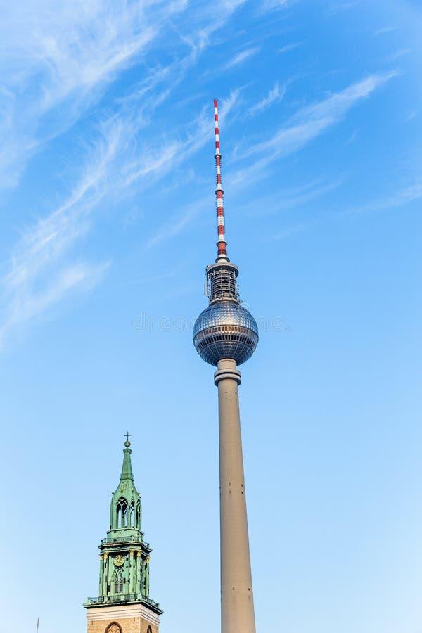 Fernsegtower Alex en Berlín con la iglesia del St Marys imagen de archivo