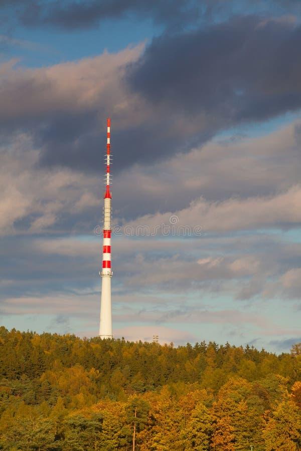 Fernsehübermittler im Herbstwald lizenzfreie stockbilder