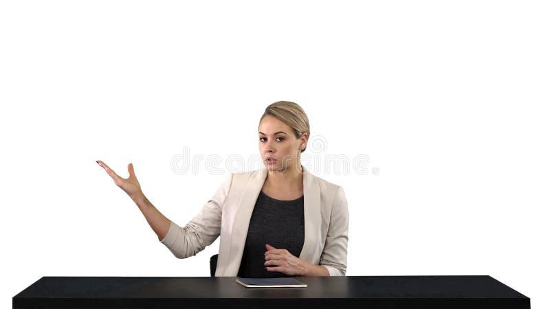 Fernsehankerfrau am Studio zeigend auf Seiten, weißer Hintergrund lizenzfreies stockbild