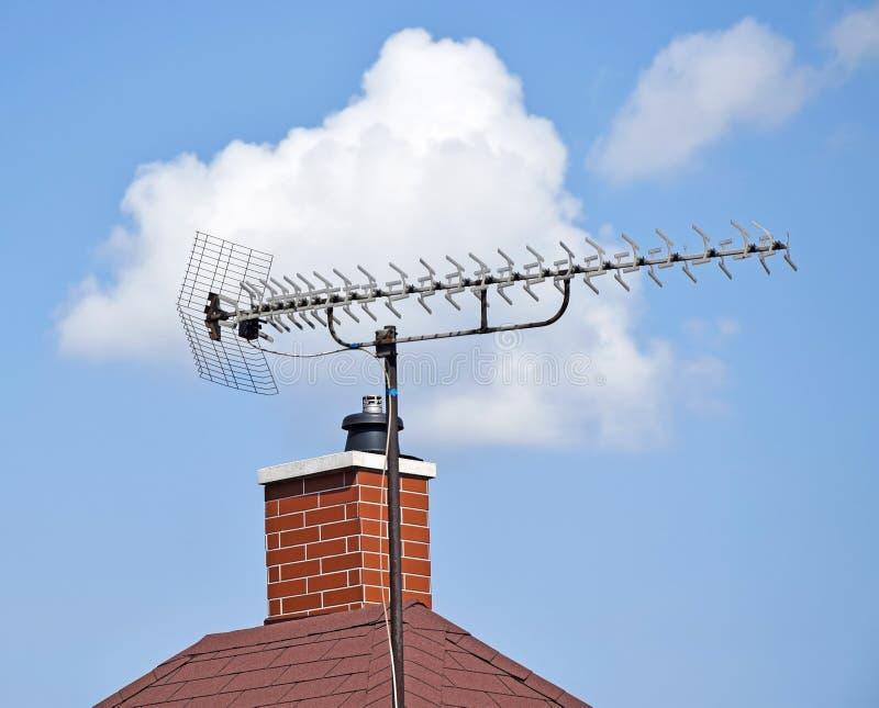 Fernsehantenne auf dem Dach stockbild