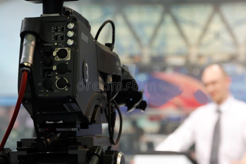 Fernsehapparat-Kamera in der Nachrichtenredaktion stockbild