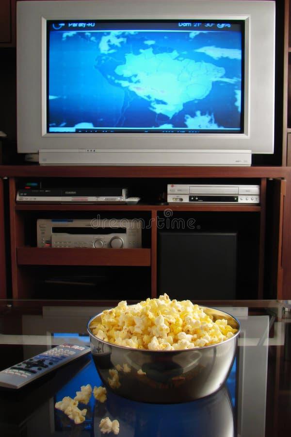 Fernsehapparat und Popcorn lizenzfreies stockfoto