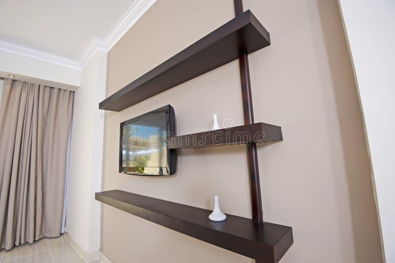 Fernsehapparat und Regale in einer Wohnung stockbild