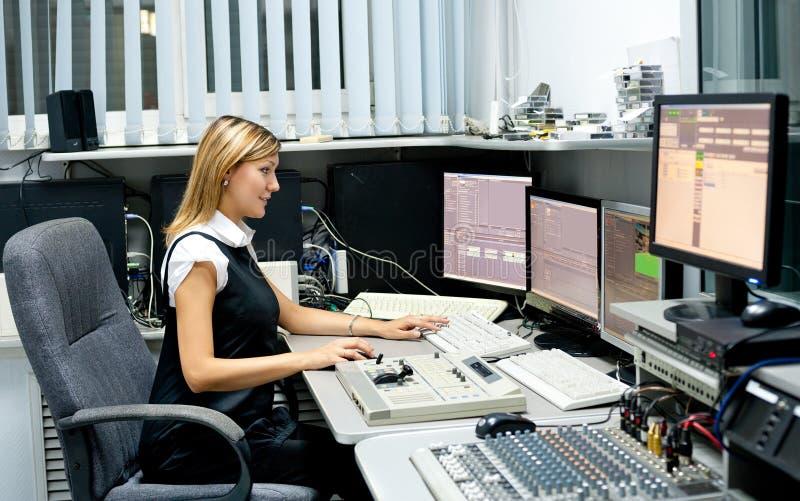 Fernsehdirektor am Herausgeber lizenzfreie stockbilder