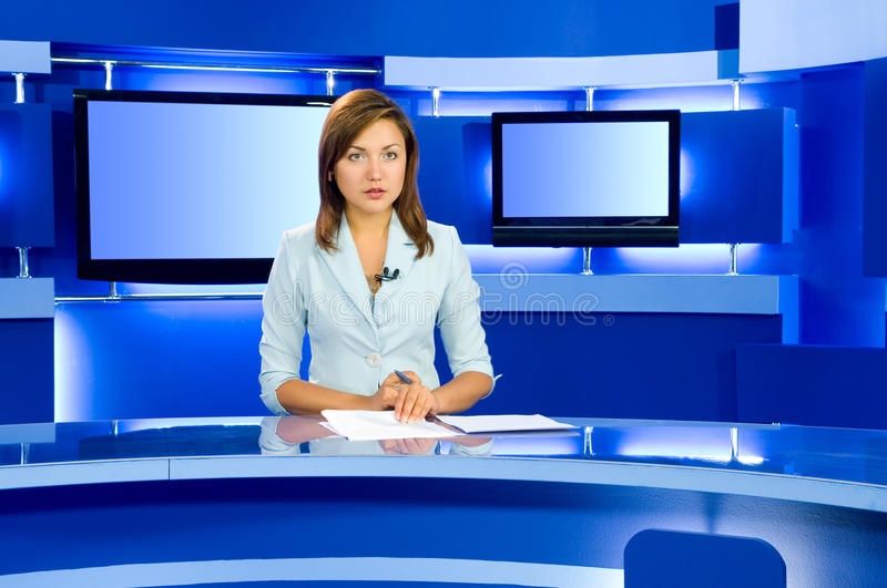 Fernsehenankerfrau am Fernsehstudio stockfotos