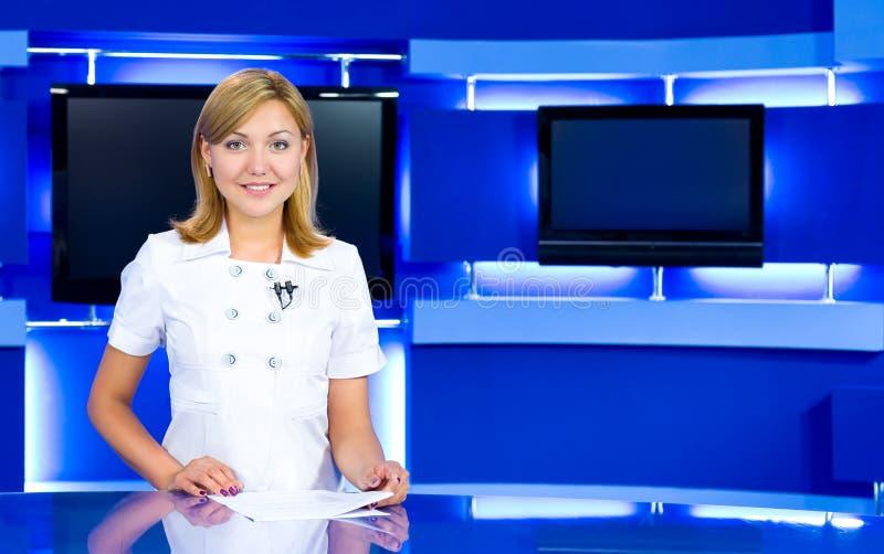 Fernsehenankerfrau am Fernsehstudio stockfotografie