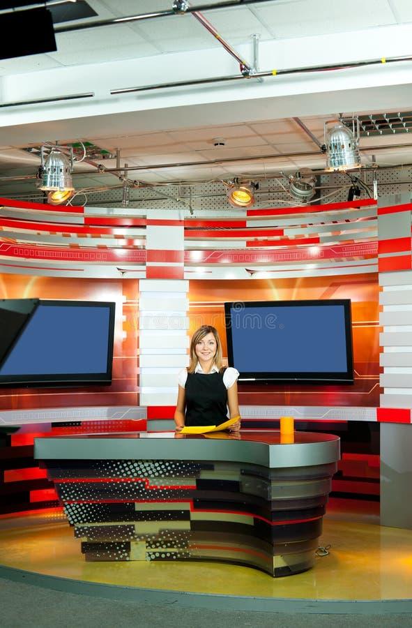 Fernsehenankerfrau am Fernsehstudio stockfoto