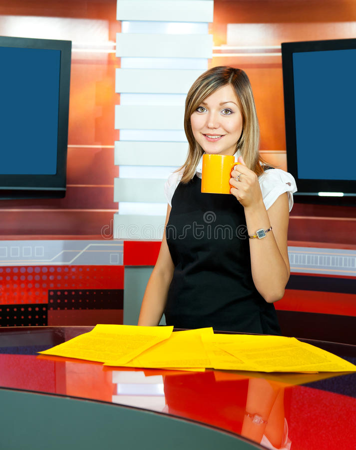 Fernsehenankerfrau hat Kaffeepause lizenzfreies stockbild