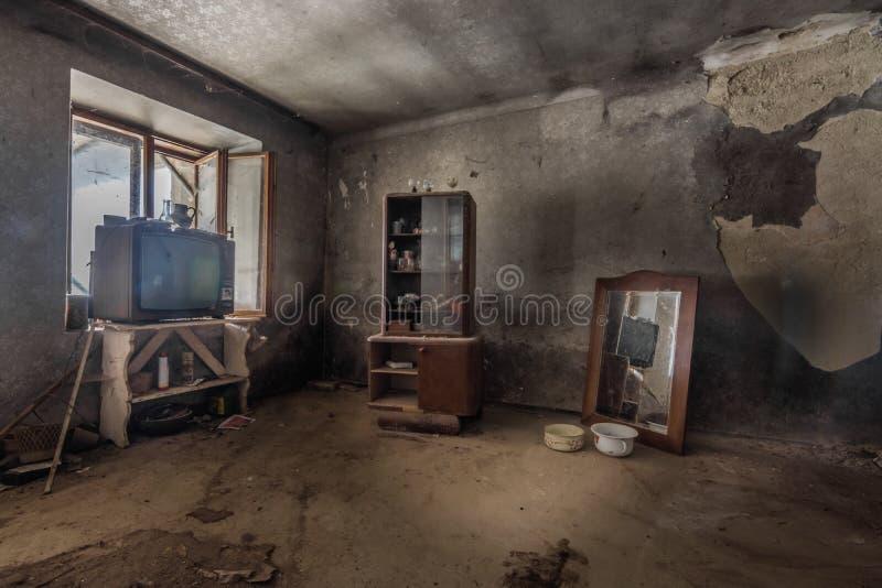 fernseher vitrine mit spiegel en el zimmer einem imagen de archivo libre de regalías