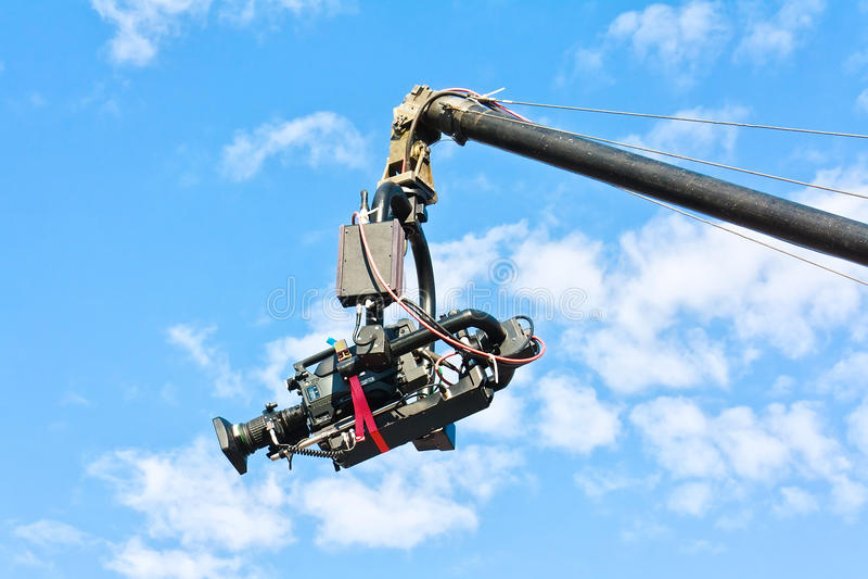 Fernsehkamera auf einem Kran gegen blauen Himmel stockfotografie