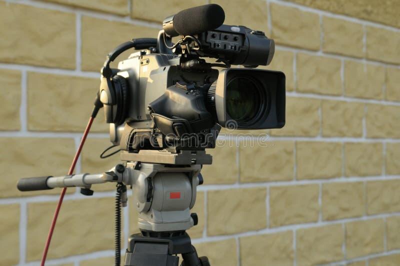 Fernsehkamera auf Stativ ohne Leute. stockbild