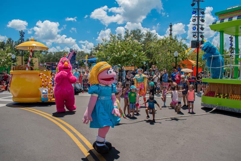 Fernsehmonster, Abby Cadabby und Tänzerfrau, die mit Kindern in der Sesame Street-Partei-Parade bei Seaworld 2 spielt stockfotografie
