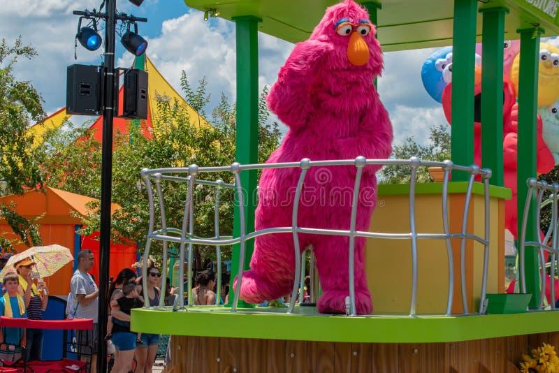 Fernsehmonster in der Sesame Street-Partei-Parade bei Seaworld lizenzfreie stockfotos