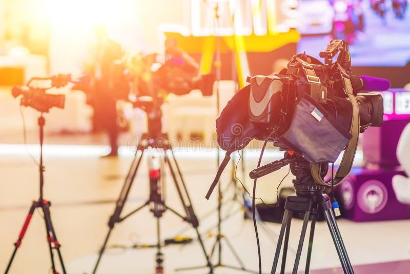 Fernsehnachrichten-Studio mit Kamera und Lichtern lizenzfreie stockfotos