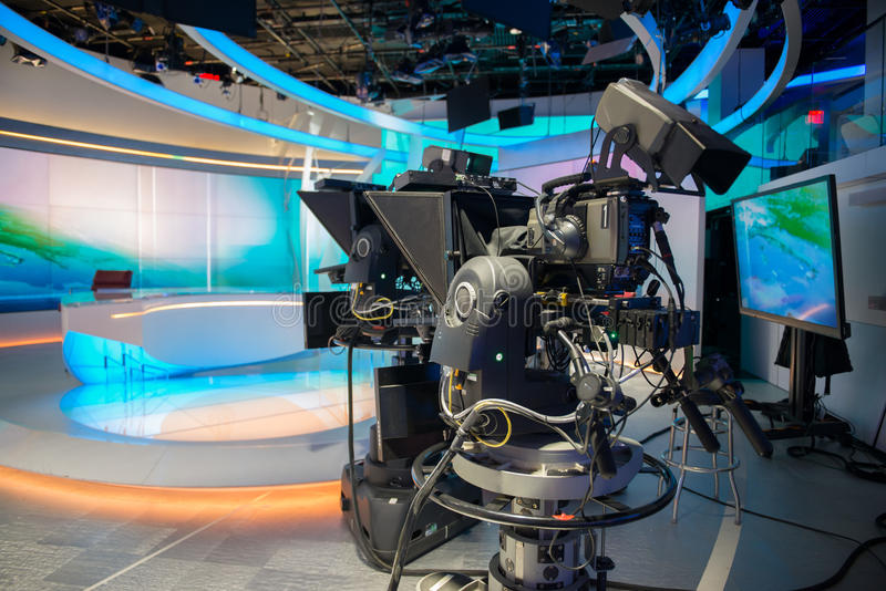 Fernsehnachrichten warfen Studio mit Kamera und Lichtern lizenzfreies stockfoto
