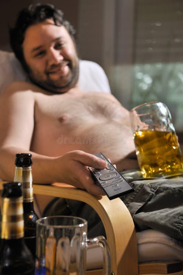 Fernsehsüchtiger Mann stockfoto
